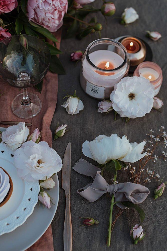 tovaglie a noleggio le inspiration candele e fiori bianchi