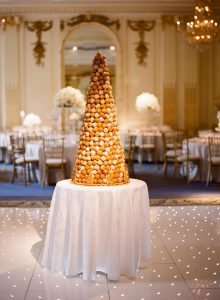 Croquembouche, tipico dolce francese